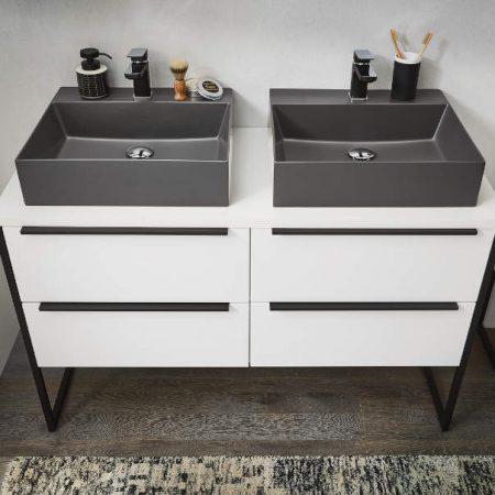 Doppelwaschplatz mit zwei grauen Waschbecken auf weißem Mobiliar mit 4 Auszügen